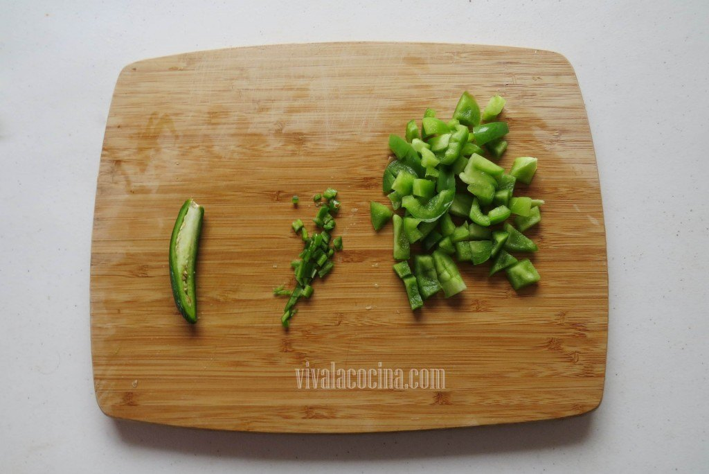 Picar finamente el chile serrano