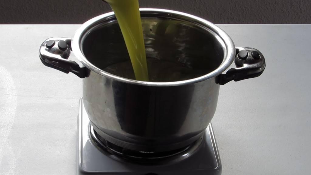 Vaciar el Jugo de manzana y pera en la cacerola