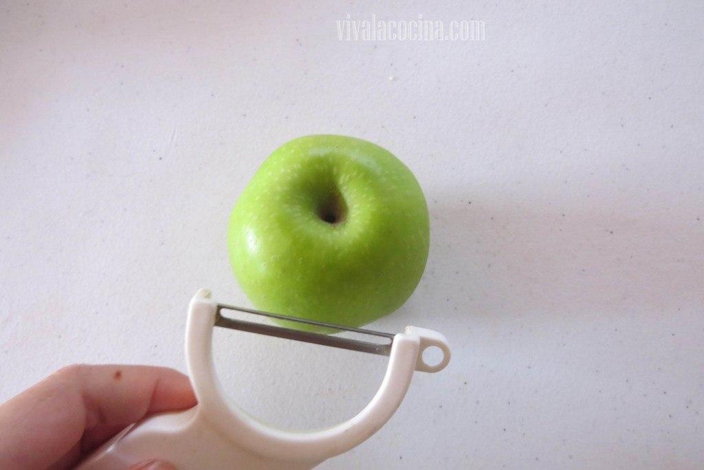 Pelar las manzanas para hacer los beignet