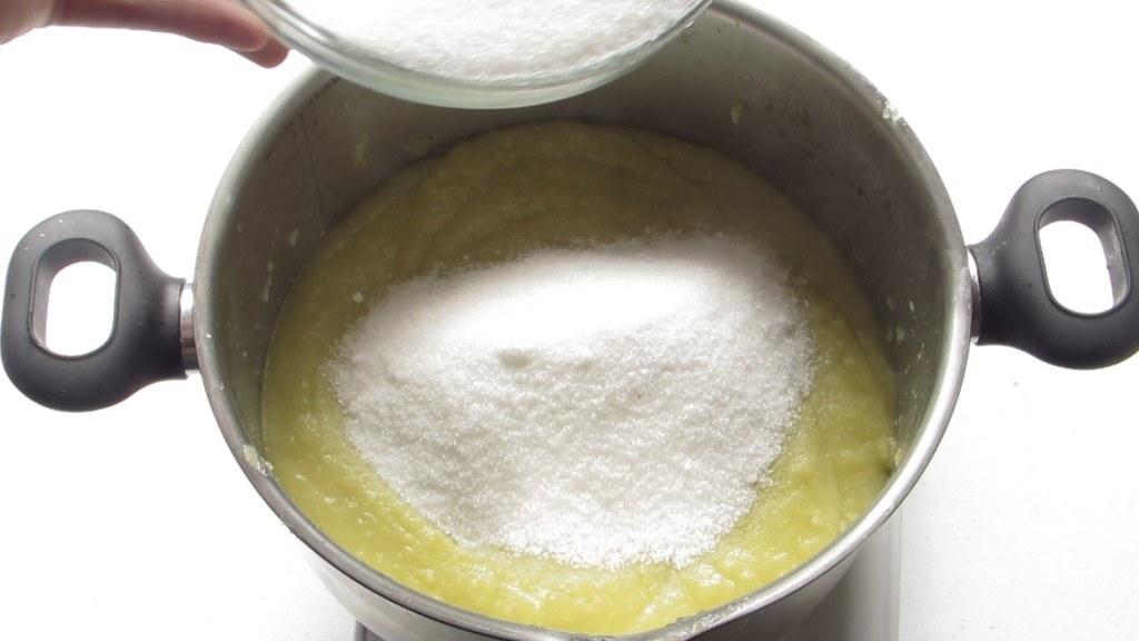 Añadir Azúcar para preparar el dulce de Manzana