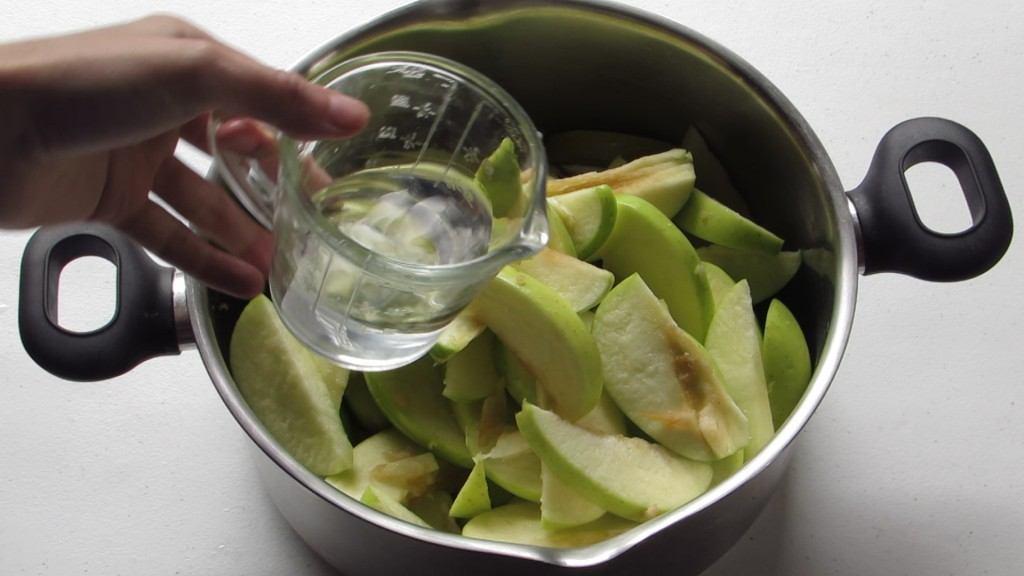 Añadir el Agua a las manzanas cortadas