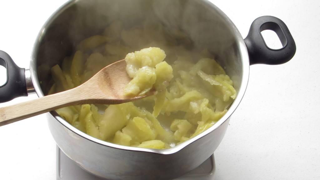 Cocinar las manzanas hasta que se suavicen y se ablanden