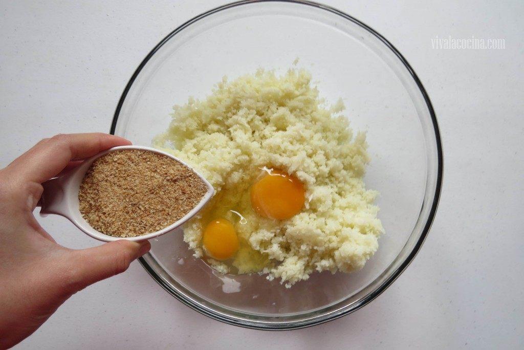 Añadir el Pan molido para hacer las tortitas de coliflor