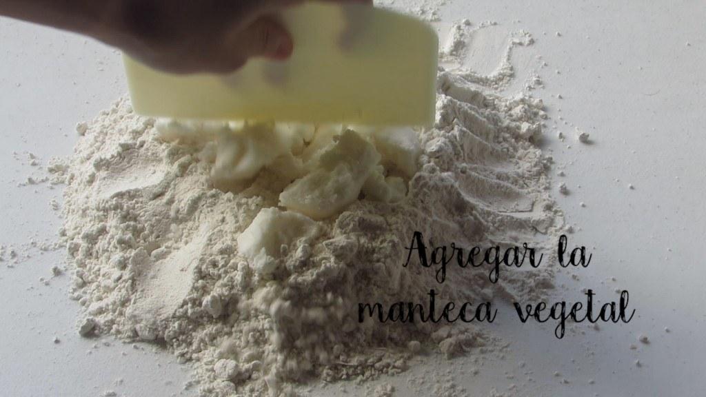 Agregar manteca vegetal para preparar las empanadas de cuaresma