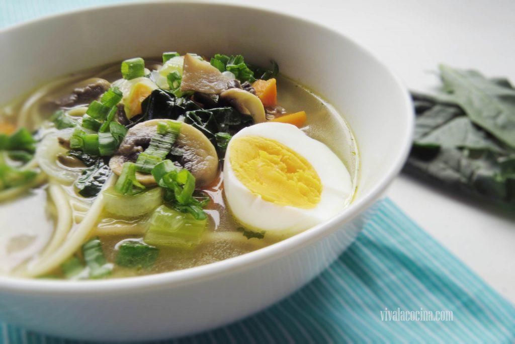 Sopa con fideo y vegetales