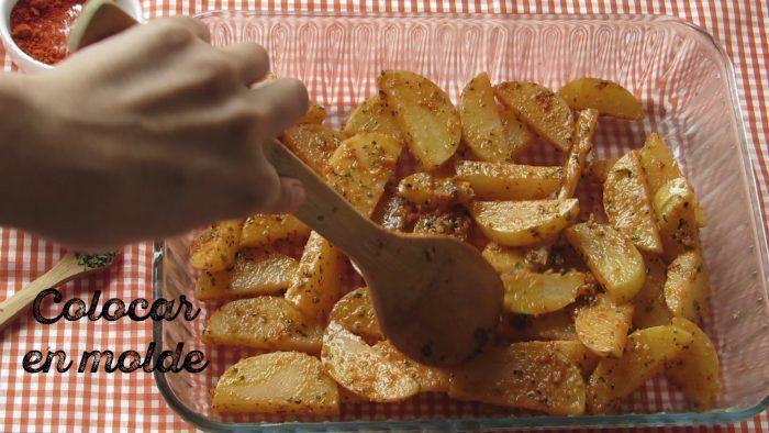 Colocar en molde las papas condimentadas