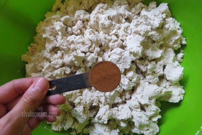 Agregar canela para hacer tamales de frijol