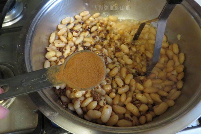 Agregar especias para hacer tamales de frijol