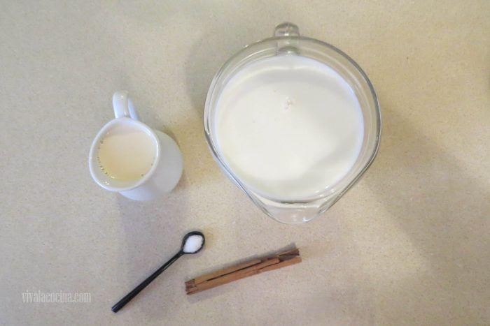 Calentar leche y canela para hacer el postre de maicena