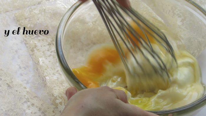 Batir la mezcla para hacer el relleno de los cubiletes de queso