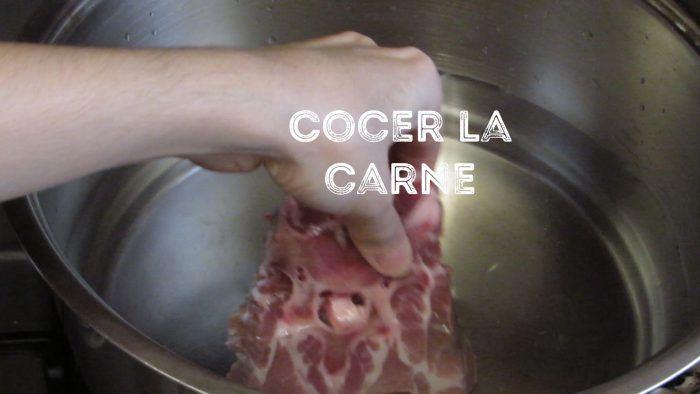 cocer la carne para hacer pozole verde