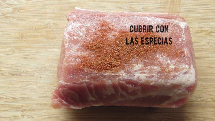 Cubrir el lomo de carne con las especias para hacer pulled pork