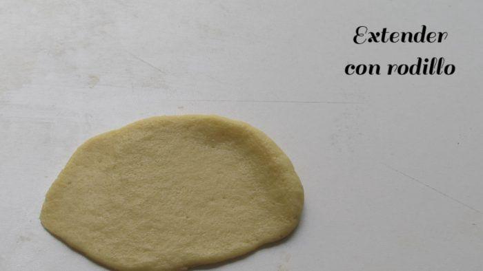 Extender con rodillo la masa para hacer cubiletes de queso
