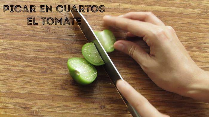 trocear el tomate para hacer pozole verde