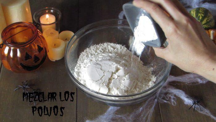 Mezclar los ingredientes secos para hacer las donas de calabaza