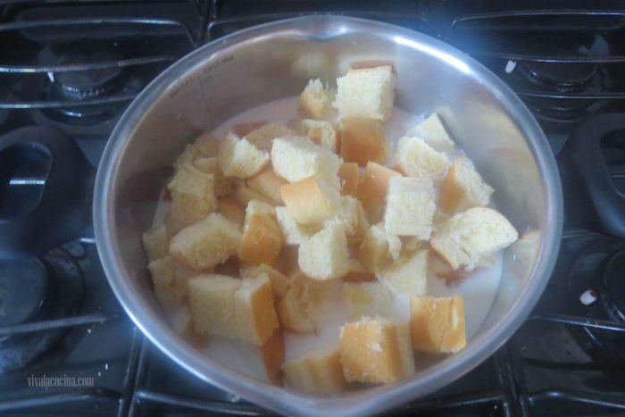 añadir leche para hacer el budín de pan con manzanas