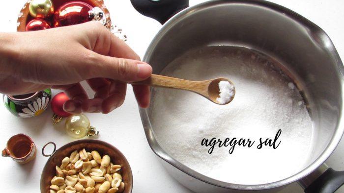 Agregar sal para hacer palanquetas caseras