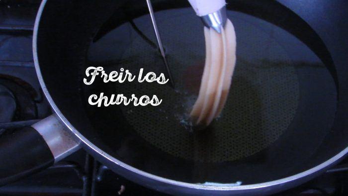 freír churros caseros en una sartén con aceite
