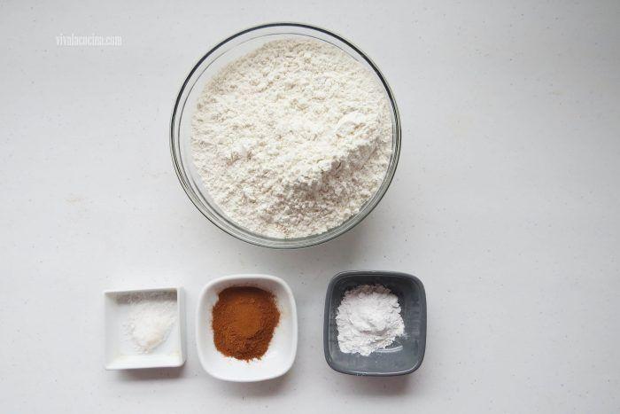 mezclar harina, canela y sal para hacer rosca de zanahoria