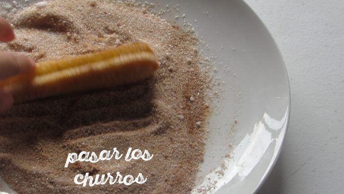 pasar los churros caseros por el azucar