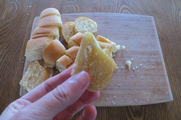 picar el pan para hacer budín de pan con manzanas