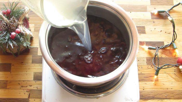 calentar vino con ciruelas pasas para preparar la gelatina navideña