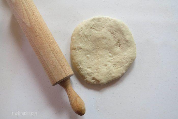 extender la masa para hacer pizza de salami