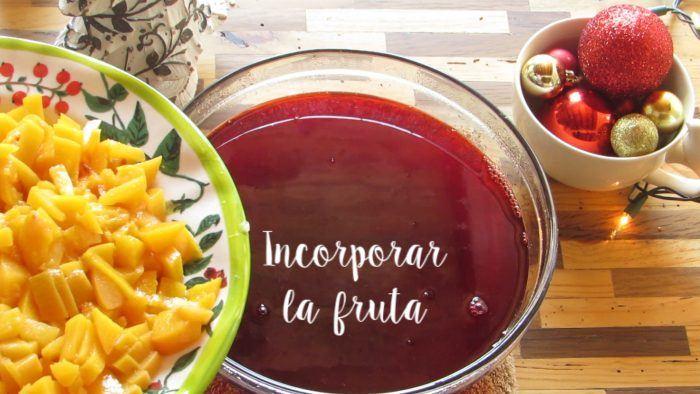 incorporar la fruta para la gelatina navideña