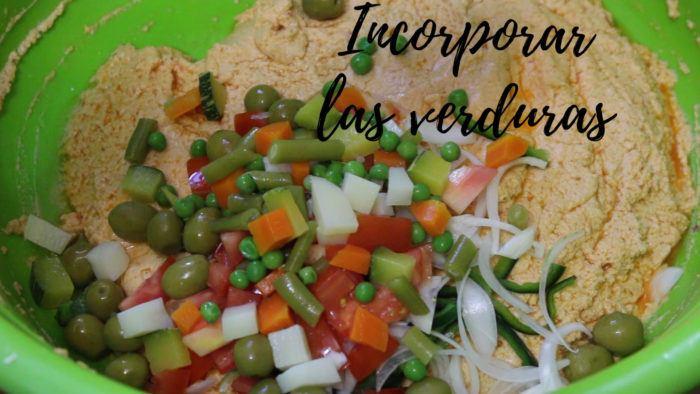 mezclar vegetales con la masa para hacer tamales de verduras