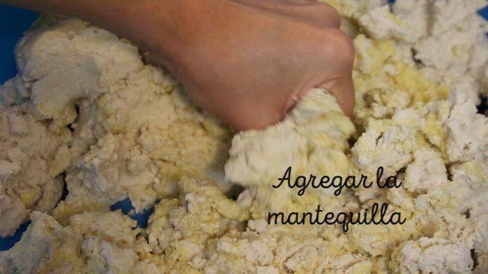 mezclar maíz y mantequilla para preparar tamales dulces