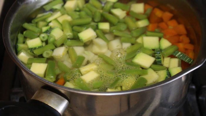 cocer vegetales para hacer tamales de verduras