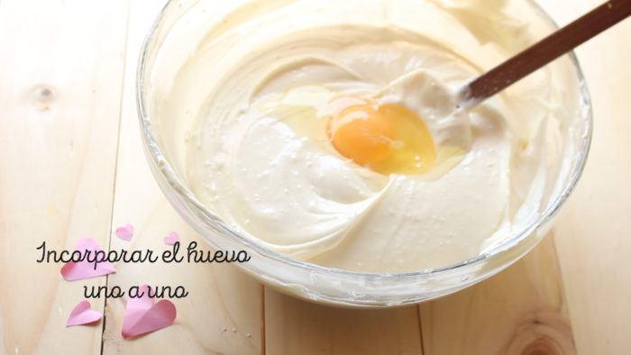 huevo para hacer Cheesecake de frambuesa y limón