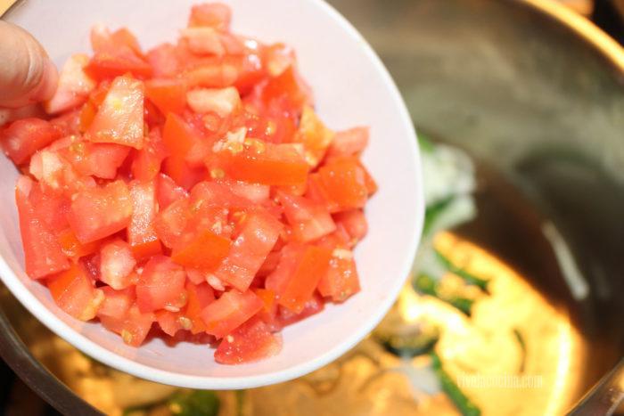 añadir el tomate para hacer el caldo casero