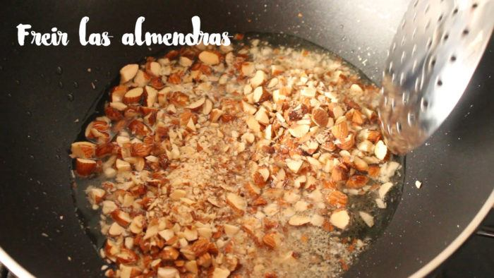 freír almendras para hacer pollo almendrado