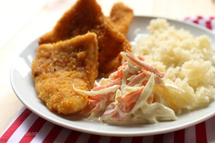 pescado empanizado con ensalada de col y zanahoria