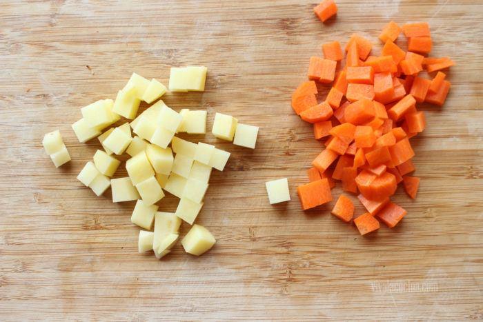 pelar y picar papas y zanahorias para los chiles rellenos