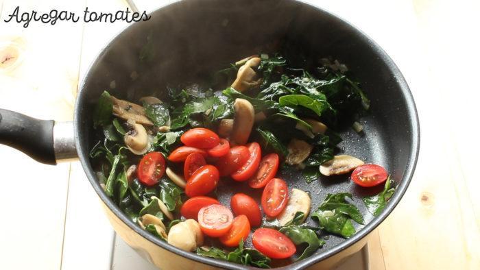 saltear tomates y sazonar para hacer chiche de espinacas