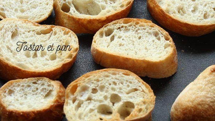 tostar el pan para hacer torrejas o torrijas
