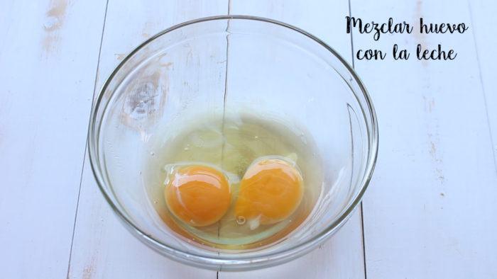 mezclar huevo y leche para preparar bisquets caseros