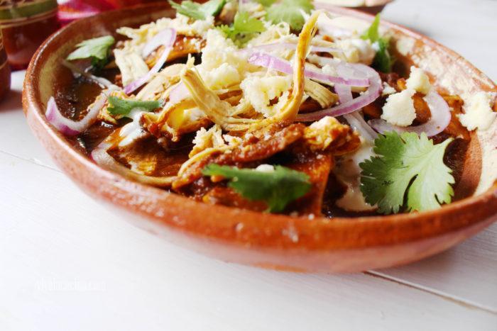 chilaquiles con salsa de chile pasilla