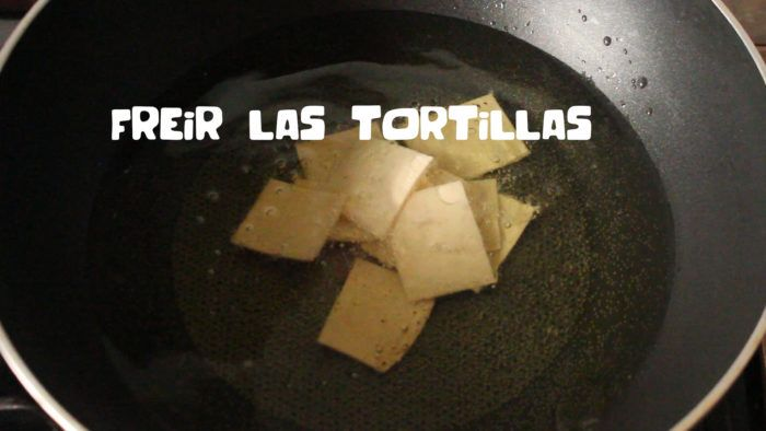 freír tortillas para hacer chilaquiles con salsa