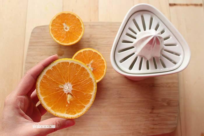 exprimir jugo de naranja para hacer cochinita pibil