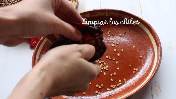 limpiar chiles para hacer Chilorio casero