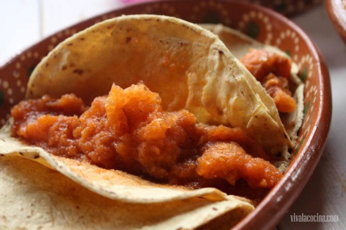 chicharrón en salsa roja en tortillas de maíz