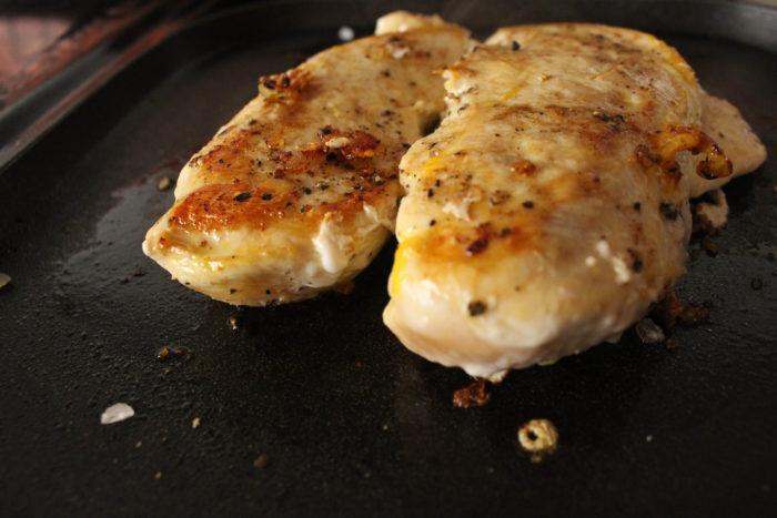 dorar las pechugas para hacer burritos de pollo