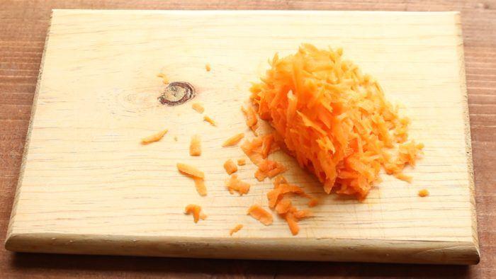 zanahria rallada para hacer gelatina de zanahoria y frutas